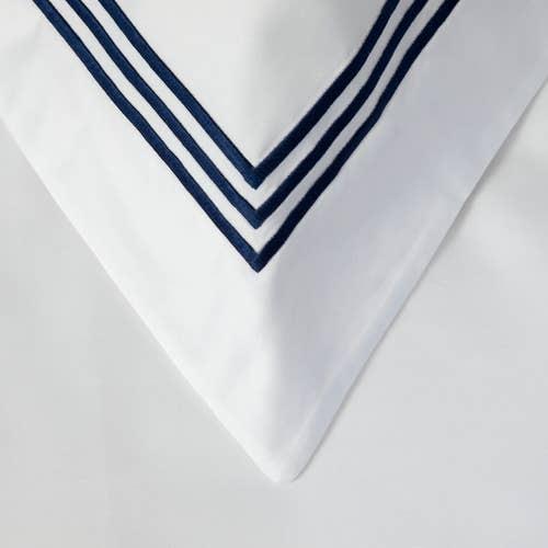 Parure de Lit Milano en Satin de coton Égyptien 320 fils/cm² - 800TC avec Volant à Triple Cordon Bleu Marine - Taie d'Oreiller