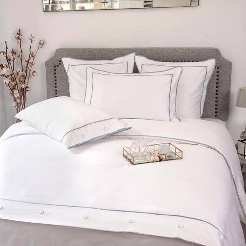 Parure de lit Monaco en satin de coton 220 fils/cm² - 550TC - liseré bleu platine - housse de couette avec boutons