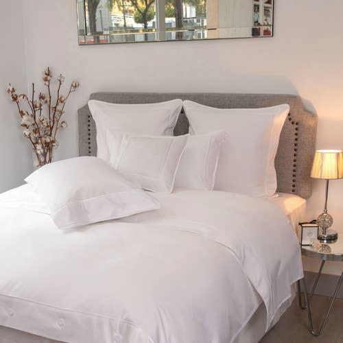 Parure de lit Monaco en satin de coton 220 fils/cm² - 550TC - liseré blanc - drap plat