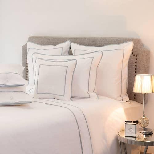 Parure de lit Monaco en satin de coton 220 fils/cm² - 550TC - liseré gris bleu platine - drap plat